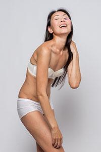 modelo asiatica talla XS en ropa interior blanca