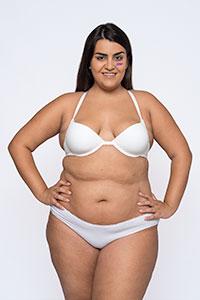 modelo talla XL en ropa interior blanca