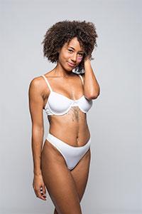 modelo negra pelo afro en ropa interior blanca