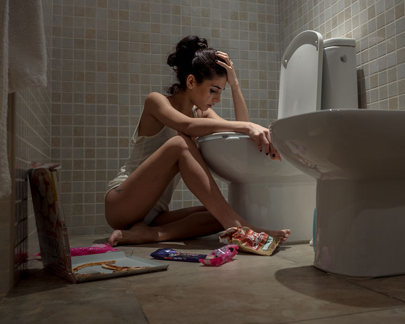 chica bulímica en baño
